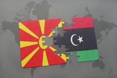 verwirren Sie mit der Staatsflagge von Macedonia und von Libyen auf einer Weltkarte Stockbilder