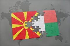 verwirren Sie mit der Staatsflagge von Macedonia und von Madagaskar auf einer Weltkarte Stockbild