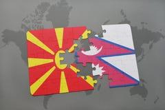verwirren Sie mit der Staatsflagge von Macedonia und von Nepal auf einer Weltkarte Lizenzfreie Stockfotos