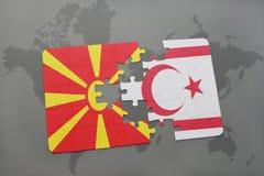 verwirren Sie mit der Staatsflagge von Macedonia und von Nord-Zypern auf einer Weltkarte Stockfotografie