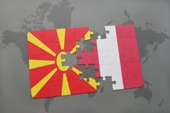 verwirren Sie mit der Staatsflagge von Macedonia und von Peru auf einer Weltkarte Stockfotos