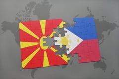 verwirren Sie mit der Staatsflagge von Macedonia und von Philippinen auf einer Weltkarte Lizenzfreie Stockbilder