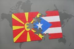 verwirren Sie mit der Staatsflagge von Macedonia und von Puerto Rico auf einer Weltkarte Lizenzfreies Stockbild