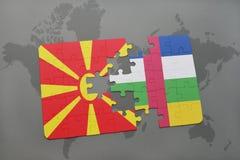 verwirren Sie mit der Staatsflagge von Macedonia und von Republik Zentralafrika auf einer Weltkarte Lizenzfreie Stockfotos