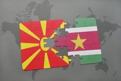 verwirren Sie mit der Staatsflagge von Macedonia und von Surinam auf einer Weltkarte Stockbilder