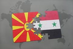 verwirren Sie mit der Staatsflagge von Macedonia und von Syrien auf einer Weltkarte Stockbilder