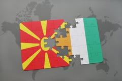 verwirren Sie mit der Staatsflagge von Macedonia- und Taubenschlagdivoire auf einer Weltkarte Stockbilder