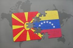 verwirren Sie mit der Staatsflagge von Macedonia und von Venezuela auf einer Weltkarte Stockbilder