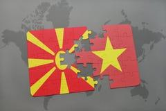 verwirren Sie mit der Staatsflagge von Macedonia und von Vietnam auf einer Weltkarte Stockbild