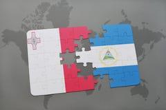 verwirren Sie mit der Staatsflagge von Malta und von Nicaragua auf einer Weltkarte Stockbilder