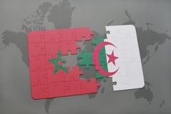 verwirren Sie mit der Staatsflagge von Marokko und von Algerien auf einer Weltkarte Stockbild