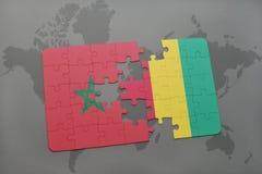 verwirren Sie mit der Staatsflagge von Marokko und von Guine auf einer Weltkarte stockfoto