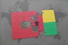 verwirren Sie mit der Staatsflagge von Marokko und von Guinea-Bissau auf einer Weltkarte Lizenzfreie Stockfotografie