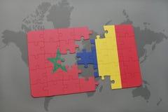 verwirren Sie mit der Staatsflagge von Marokko und von Konfetti auf einer Weltkarte Stockfotografie