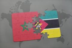 verwirren Sie mit der Staatsflagge von Marokko und von Mosambik auf einer Weltkarte Lizenzfreie Stockbilder