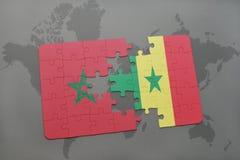 verwirren Sie mit der Staatsflagge von Marokko und von Senegal auf einer Weltkarte Stockfotografie