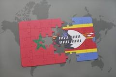 verwirren Sie mit der Staatsflagge von Marokko und von Swasiland auf einer Weltkarte Stockfotografie