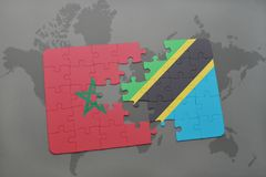 verwirren Sie mit der Staatsflagge von Marokko und von Tanzania auf einer Weltkarte Stockbilder