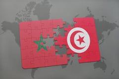 verwirren Sie mit der Staatsflagge von Marokko und von Tunesien auf einer Weltkarte Lizenzfreie Stockbilder