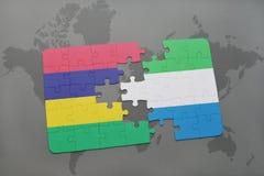 verwirren Sie mit der Staatsflagge von Mauritius und von Sierra Leone auf einer Weltkarte Stockbild