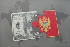 verwirren Sie mit der Staatsflagge von Montenegro und von Dollarbanknote auf einem Weltkartehintergrund Stockfoto