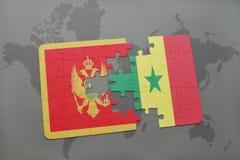 verwirren Sie mit der Staatsflagge von Montenegro und von Senegal auf einer Weltkarte Lizenzfreie Stockbilder