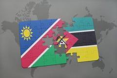 verwirren Sie mit der Staatsflagge von Namibia und von Mosambik auf einer Weltkarte Stockfotografie