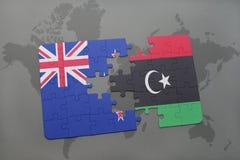 verwirren Sie mit der Staatsflagge von Neuseeland und von Libyen auf einem Weltkartehintergrund Lizenzfreie Stockfotografie