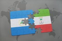 verwirren Sie mit der Staatsflagge von Nicaragua und von Äquatorialguinea auf einer Weltkarte Stockfotos
