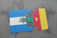 verwirren Sie mit der Staatsflagge von Nicaragua und von Cameroon auf einer Weltkarte Lizenzfreie Stockfotos