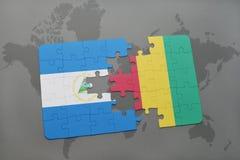 verwirren Sie mit der Staatsflagge von Nicaragua und von Guine auf einer Weltkarte Lizenzfreie Stockfotografie
