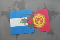 verwirren Sie mit der Staatsflagge von Nicaragua und von Kirgisistan auf einer Weltkarte Stockfotos
