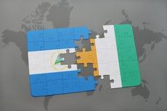 verwirren Sie mit der Staatsflagge von Nicaragua- und Taubenschlagdivoire auf einer Weltkarte Stockfotografie