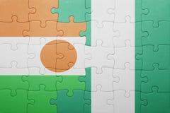verwirren Sie mit der Staatsflagge von Niger und von Nigeria Stockfotografie