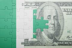 Verwirren Sie mit der Staatsflagge von Nigeria- und Dollarbanknote Lizenzfreie Stockfotos