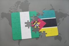 verwirren Sie mit der Staatsflagge von Nigeria und von Mosambik auf einer Weltkarte Lizenzfreie Stockfotografie