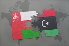 verwirren Sie mit der Staatsflagge von Oman und von Libyen auf einem Weltkartehintergrund Stockfoto