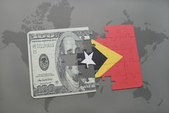 verwirren Sie mit der Staatsflagge von Osttimor und von Dollarbanknote auf einem Weltkartehintergrund Stockbilder