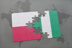 verwirren Sie mit der Staatsflagge von Polen und von Nigeria auf einem Weltkartehintergrund Stockfoto
