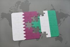 verwirren Sie mit der Staatsflagge von Qatar und von Nigeria auf einem Weltkartehintergrund Stockbilder