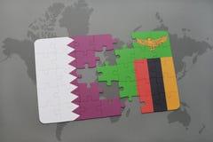 verwirren Sie mit der Staatsflagge von Qatar und von Sambia auf einem Weltkartehintergrund Stockbilder