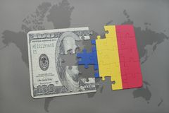 verwirren Sie mit der Staatsflagge von Rumänien und von Dollarbanknote auf einem Weltkartehintergrund Lizenzfreie Stockfotografie