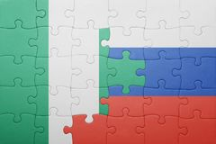 Verwirren Sie mit der Staatsflagge von Russland und von Nigeria lizenzfreie stockbilder