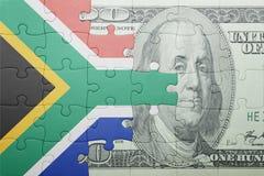 Verwirren Sie mit der Staatsflagge von Südafrika- und Dollarbanknote lizenzfreies stockbild