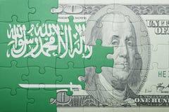 Verwirren Sie mit der Staatsflagge von Saudi-Arabien und Dollarbanknote lizenzfreies stockfoto