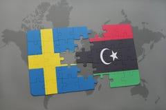 verwirren Sie mit der Staatsflagge von Schweden und von Libyen auf einem Weltkartehintergrund Lizenzfreies Stockfoto