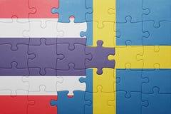 Verwirren Sie mit der Staatsflagge von Schweden und von Thailand Lizenzfreies Stockfoto
