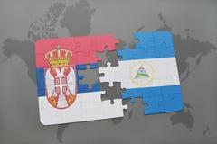verwirren Sie mit der Staatsflagge von Serbien und von Nicaragua auf einer Weltkarte Stockbild