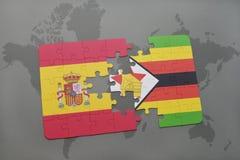 verwirren Sie mit der Staatsflagge von Spanien und von Simbabwe auf einem Weltkartehintergrund Lizenzfreie Stockfotos