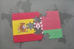 verwirren Sie mit der Staatsflagge von Spanien und von Weißrussland auf einem Weltkartehintergrund Stockfoto